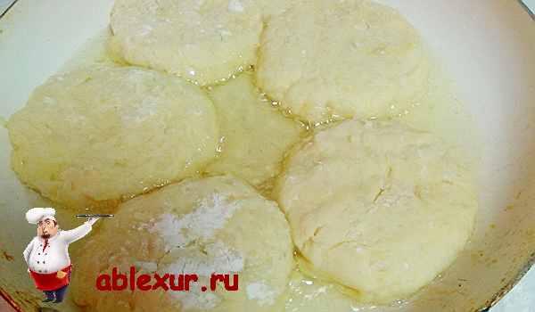 оладьи из картофельного пюре жарятся на сковородке
