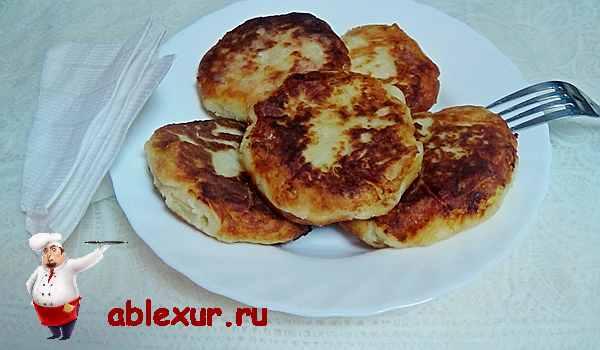 картофельные оладьи на тарелке с вилкой и салфетками