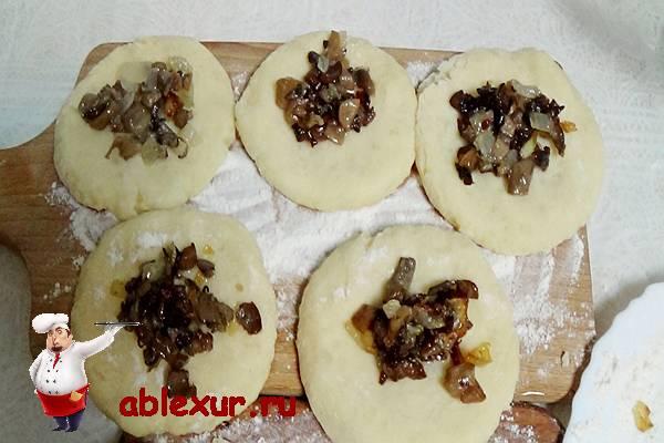 грибы на толченом картофеле в форме лепёшки