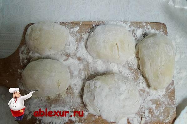 зразы из картофеля на разделочной доске