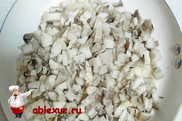 измельченные грибы для зраз в сковородке