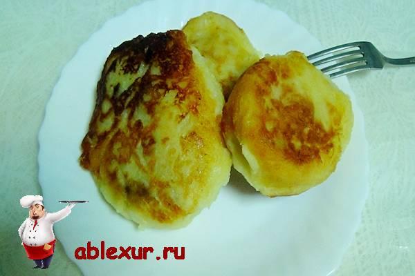 картофельные зразы с грибами на тарелке с вилкой