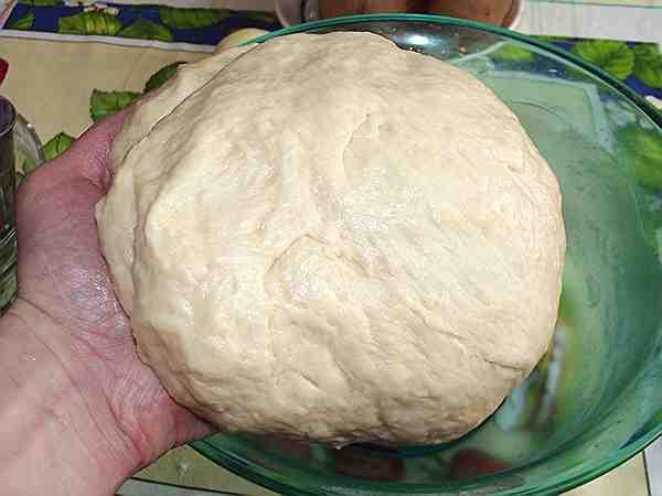 постное тесто для картофельного пирога в руке