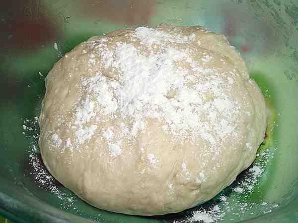 присыпанное мукой тесто для пирога