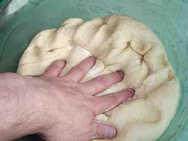обминаю поднявшееся тесто для пирога с картошкой