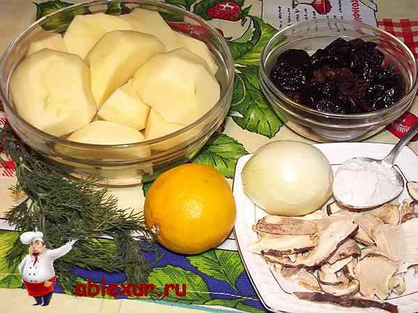 картофель для супа вместе с грибами на столе