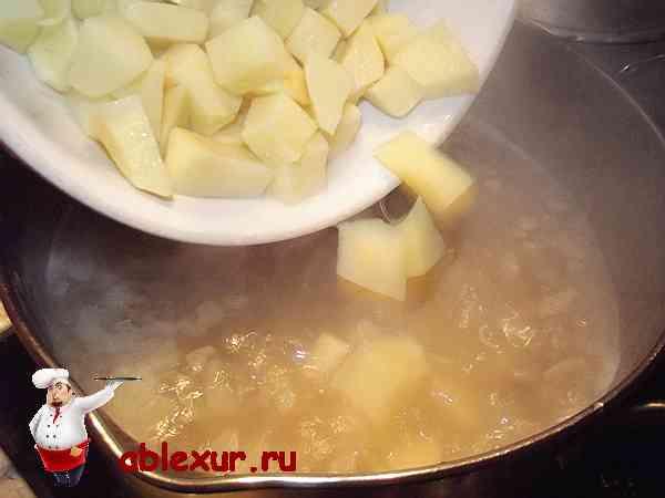 закладываю в суп картофель нарезанный кубиками