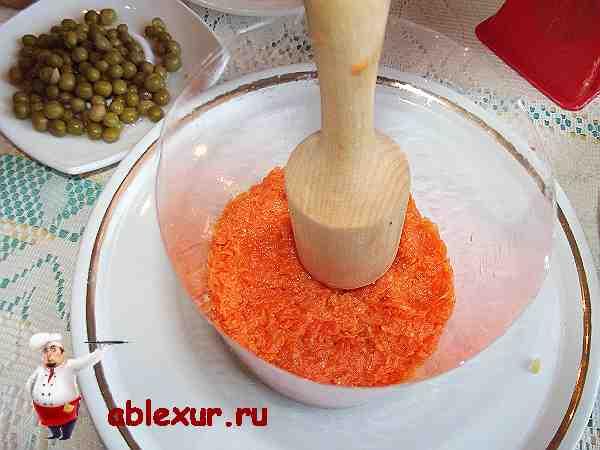 морковь уложенная на картошку в форме для салата