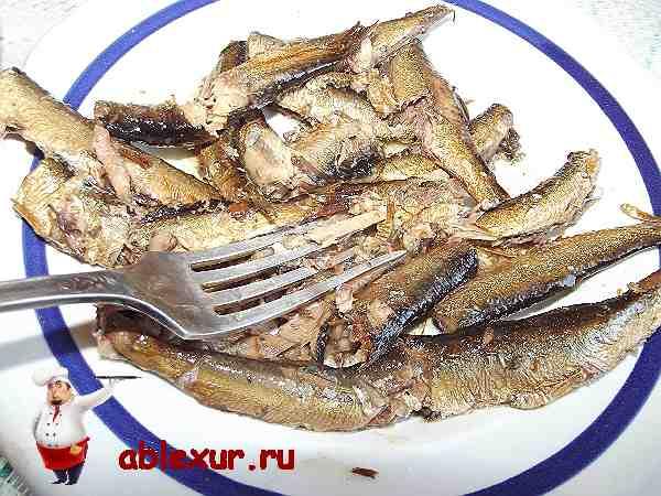 разминаю шпроты вилкой для салата