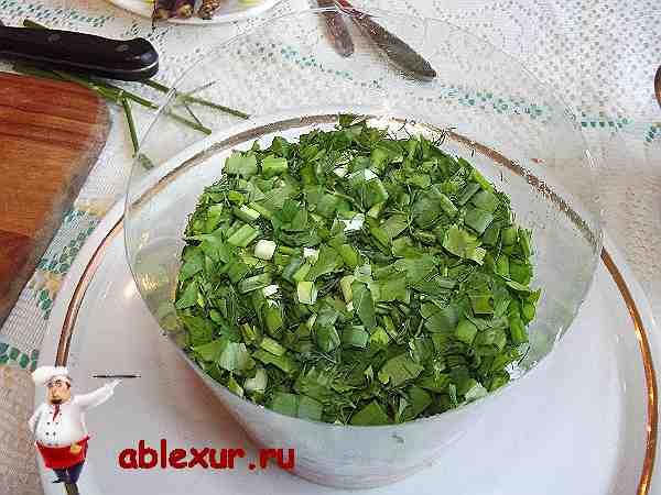 слой салата из мелко рубленой зелени