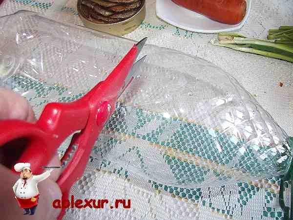 вырезаю ножницами форму для салата