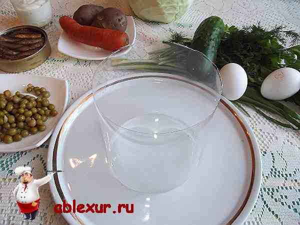 вырезанная форма для приготовления салатов