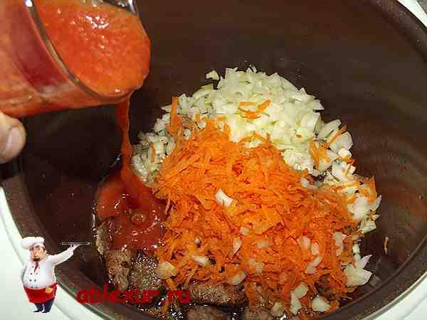 соединяю мясо с овощами и томатной пастой