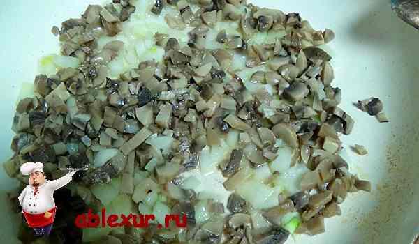 соединяем лук с грибами и обжариваем на сковородке