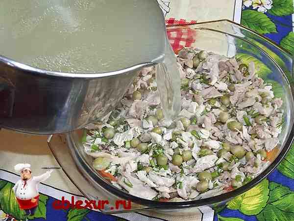 заливаю куриную начинку бульоном с желатином