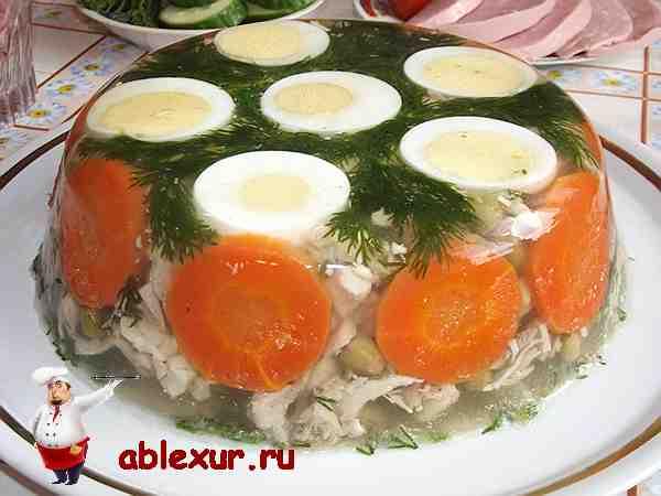 заливное из курицы с яйцом и морковью на блюде