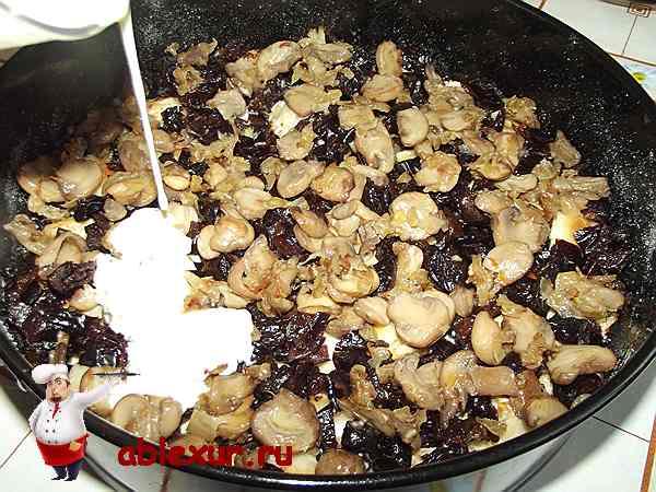 выкладываю грибы и снова поливаю смесью из сметаны и яиц.