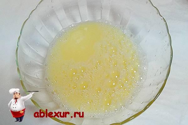 взбитое одно яйцо с молоком