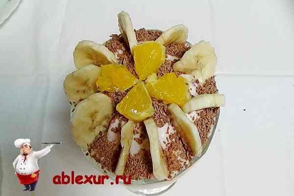салат с йогуртом украшенный фруктами