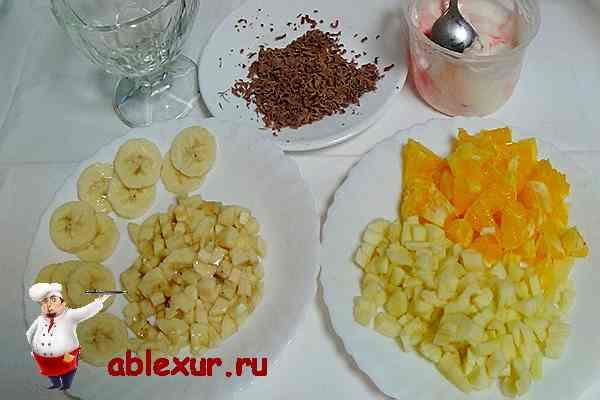 нарезаем фрукты для салата с йогуртом