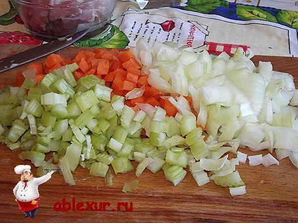 нарезанные кубиками овощи для блюда из кролика в сметане