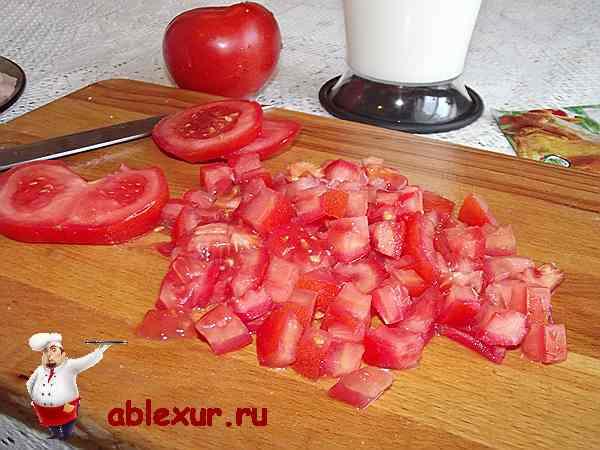 нарезанные кубиками помидоры для блюда из куриной грудки