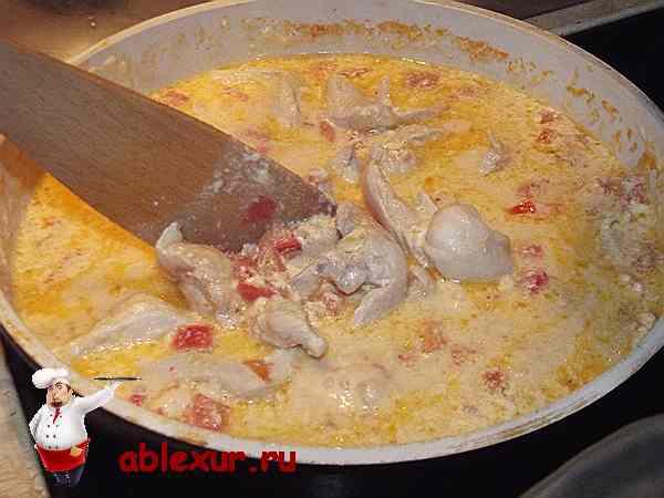 помешиваю куриную грудку в сковороде