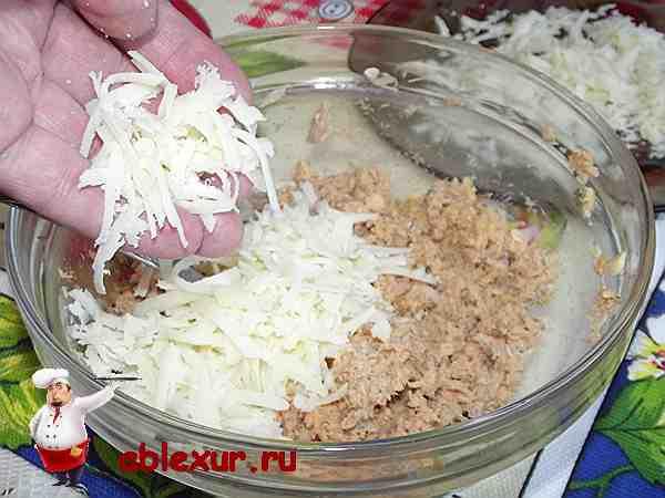 добавить в измельченные консервы тертый сыр