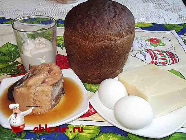 консервированная горбуша, хлеб, яйца, сыр и майонез для салата