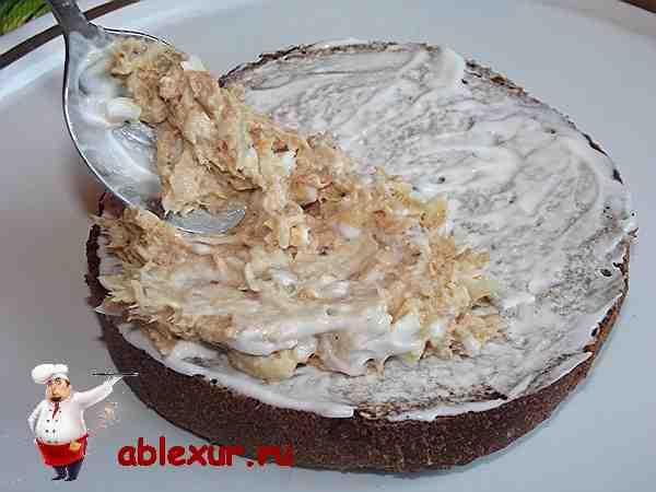 рыбная начинка на кусочке черного хлеба