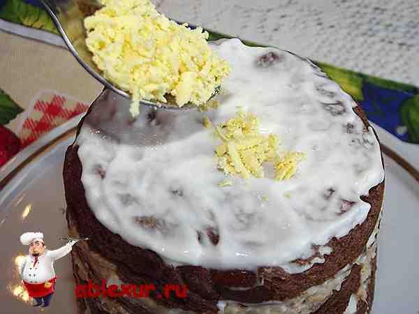 самый верхний слой закусочного торта посыпаю тертым яйцом