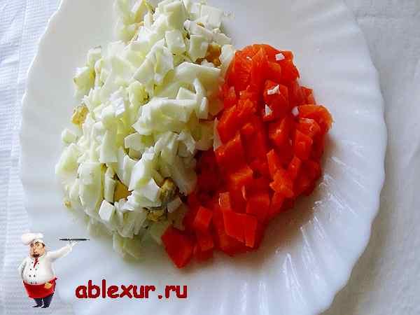 нарезанные яйца, вареная морковь для салата с морской капустой