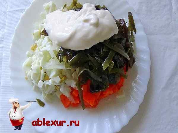 добавляем майонез в морскую капусту, лук, яйца и морковь