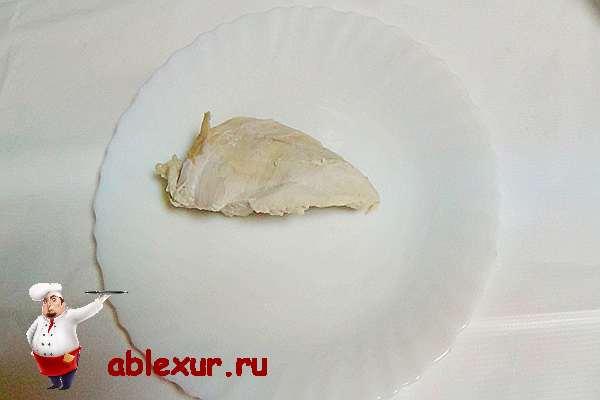 кусочек отварного куриного филе