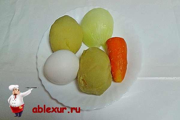 очищенное яйцо и овощи для салата