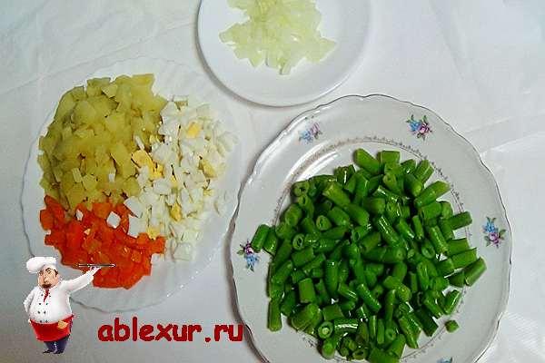 нарезанные овощи для салата с фасолью и курицей