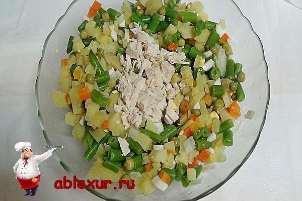 соединяем вместе ингредиенты для салата со стручковой фасолью и курицей