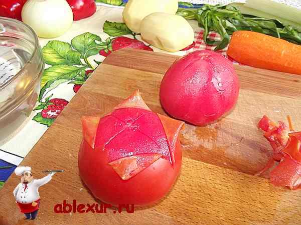 снимаю кожицу с двух помидоров