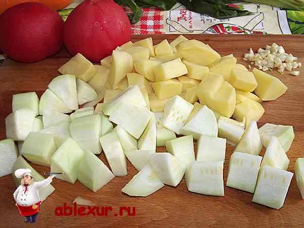 нарезанные на кубики кабачки картофель и сельдерей