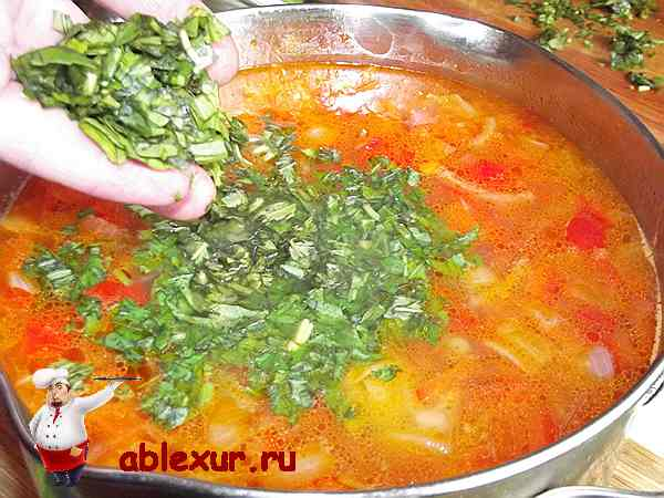 добавляю мелко рубленный базилик в готовый суп