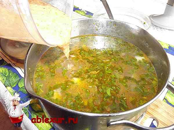 измельчаю в однородную массу часть овощей и вливаю в суп
