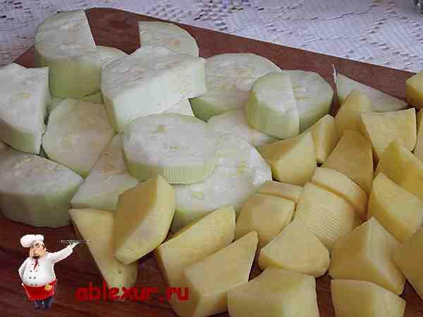 нарезанный молодой кабачок и две картошки для супа-пюре