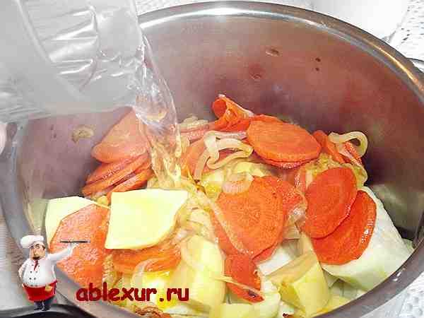 заливаю кабачки и другие овощи двумя стаканами воды