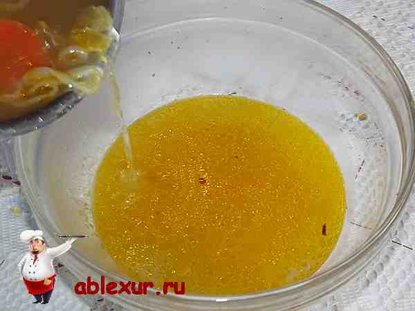 сливаю овощной бульон в тарелку