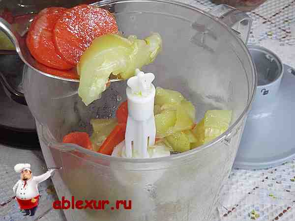 закладываю кабачок, морковь, картофель, лук в блендер