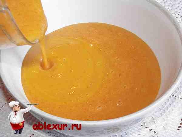 сливаю пюре из кабачка, моркови, картошки и лука в супницу