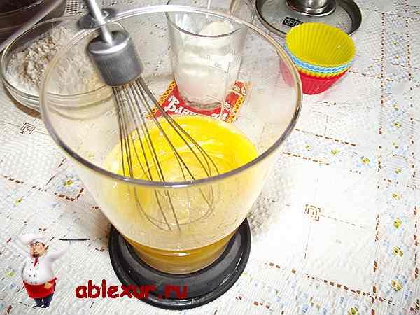 взбиваю яйца и сахар для кексов блендером
