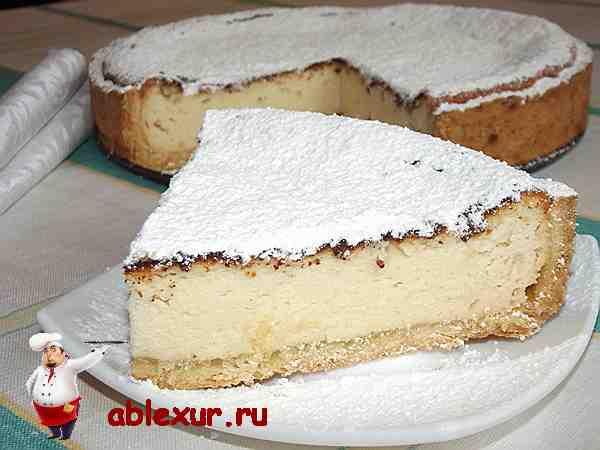 творожный пирог из песочного теста посыпанный сахарной пудрой