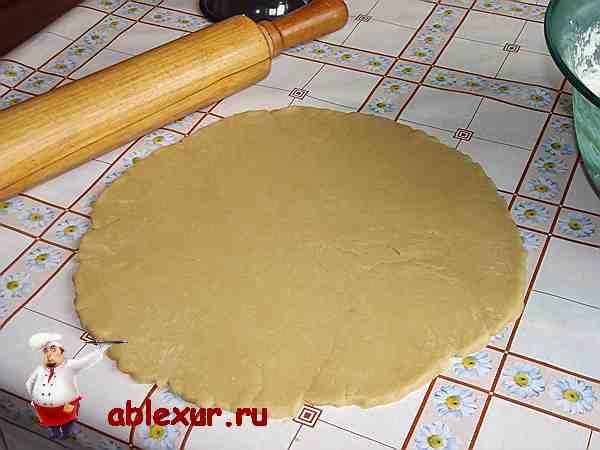 раскатанное в круг песочное тесто
