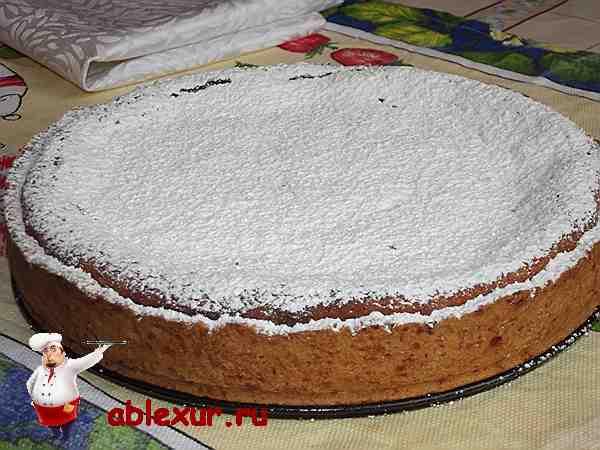 пирог с творожной начинкой стоящий на столе
